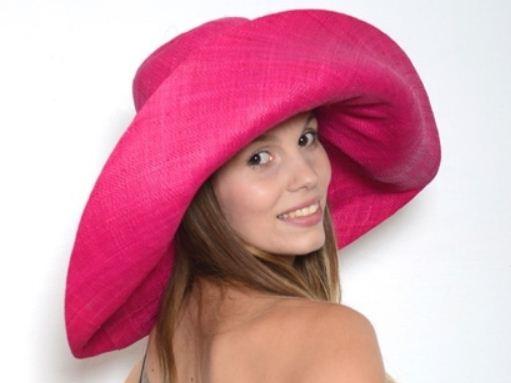 Une large gamme de chapeaux de cérémonie tendance sont disponibles sur acces-soirs.com